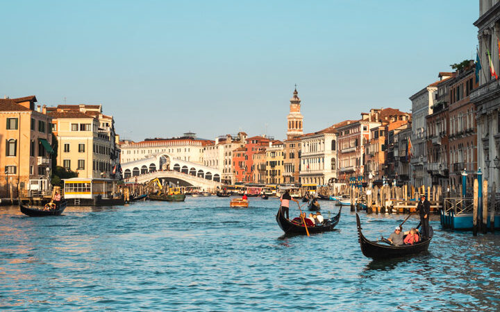 Best view over the Grand Canal with Rialto Bridge and boats in this 2 days in Venice itinerary