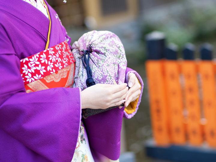 Mannequin in purple kimono holding purple kinchaku bag