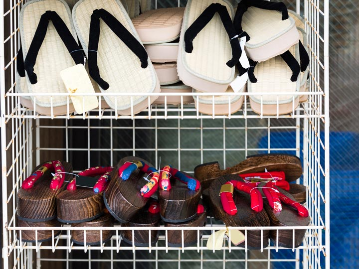 Wire rack holding straw zori and wooden geta sandals