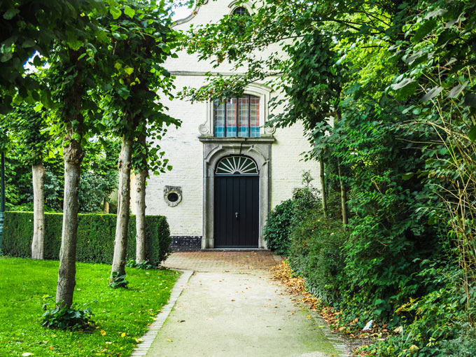 Bruges white house in green park, a must see on a Bruges day trip
