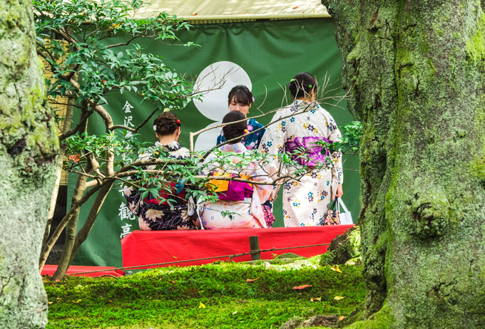 Girls in yukatas on a day trip to Kanazawa