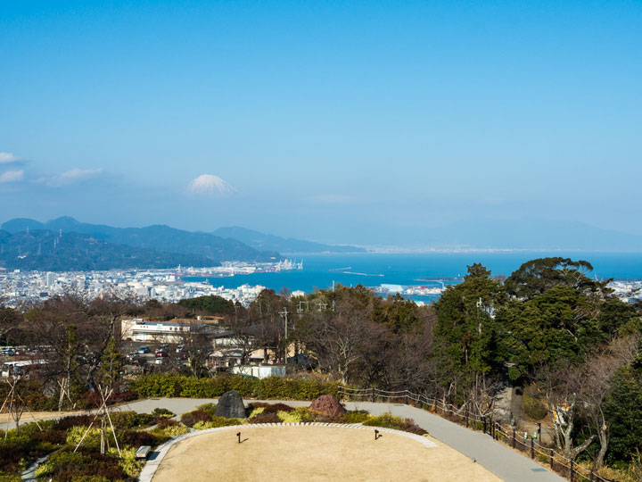 Shizuoka Nihondaira overlook park with views of ocean, city, and Mount Fuji