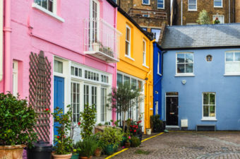 Visiting colorful Notting Hill mews houses is one of the best non touristy things to do in London