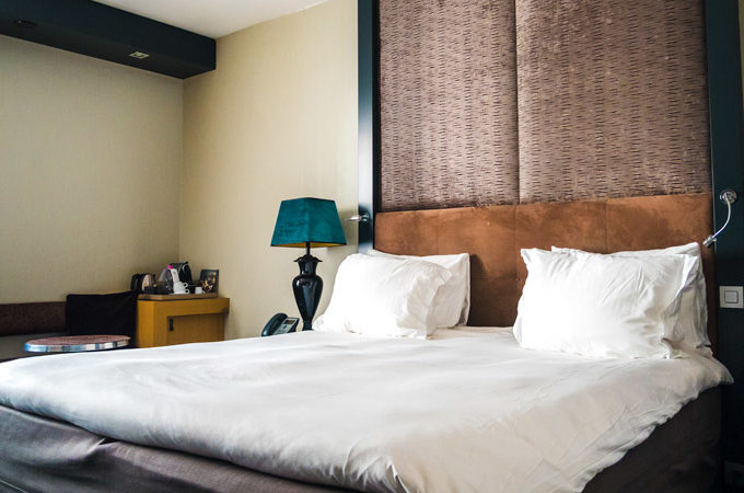 Save money effectively while traveling: hotel bed