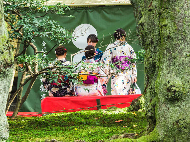 Four Japanese girls in yukata on bench who did not travel Japan solo