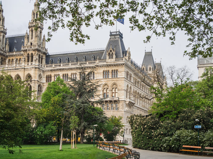 Side view of Vienna Rathaus from park